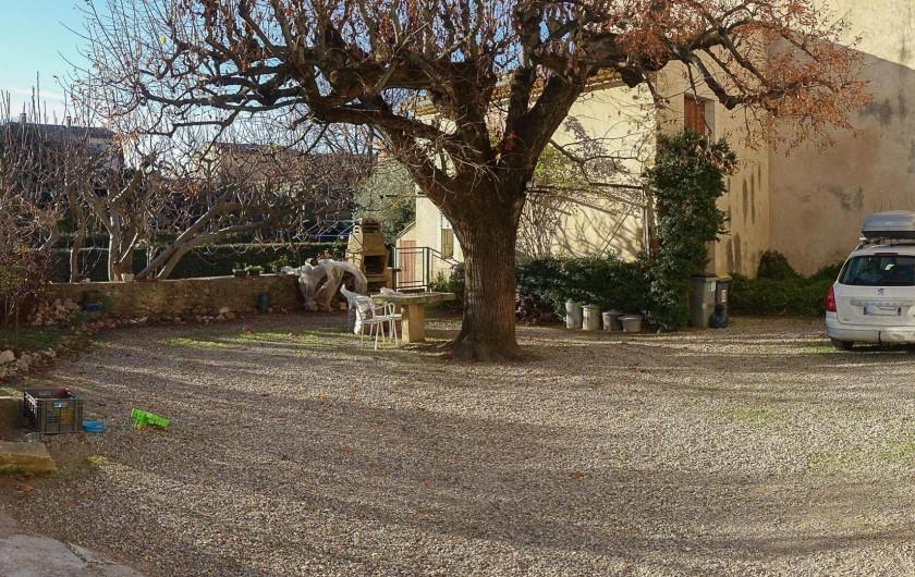 Location de vacances - Gîte à Beaumes-de-Venise - Vue générale cour (hiver)