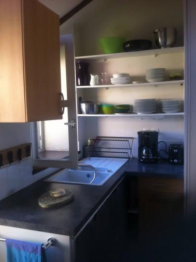 Location de vacances - Mas à Sainte-Marine - un coté de la cuisine tout équipée vue sur jardin intérieur