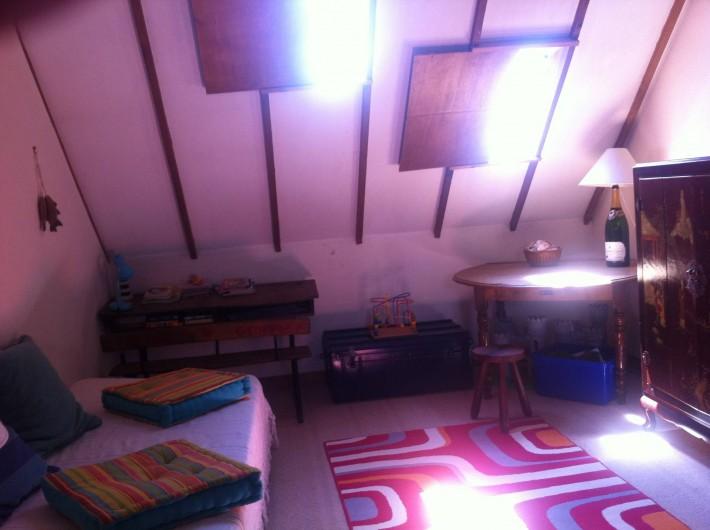 Location de vacances - Mas à Sainte-Marine - vue d'un coté du Dortoir; de l'autre il y a deux lits simples