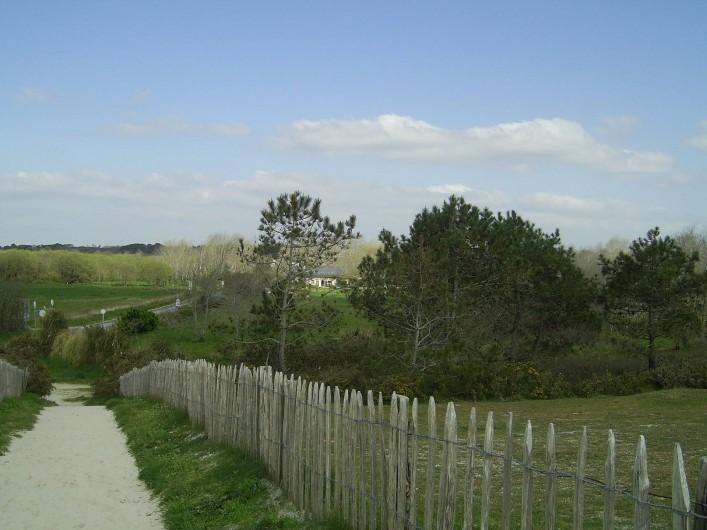 Location de vacances - Mas à Sainte-Marine - La maison vue du haut de la dune et de la plage