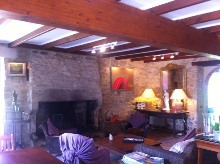 Location de vacances - Mas à Sainte-Marine - Le salon , la porte du fond donne dans la cuisine