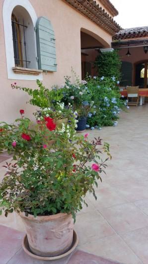 2 jolies chambres dh tes villa r cente piscine terrain ensoleill calme et fleuri. Black Bedroom Furniture Sets. Home Design Ideas