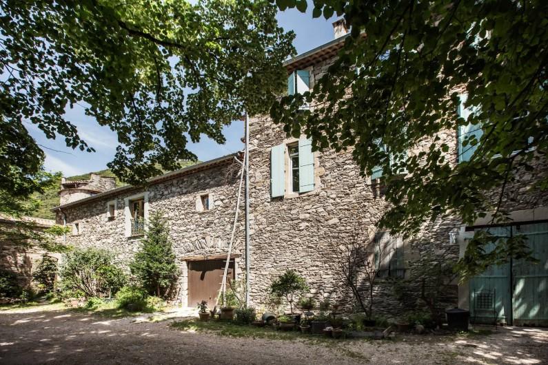 Location de vacances - Gîte à Colombières-sur-Orb - façade sud des gîtes du château de Colombières