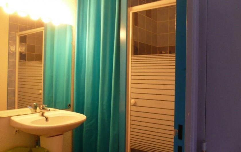 Location de vacances - Appartement à Sète - Salle de douche derrière le rideau un lave-linge