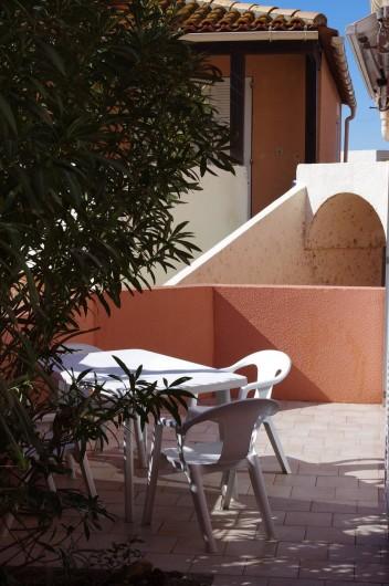 Location de vacances - Appartement à Sète - Les lauriers roses privatisent la terrasse pour en profiter paisiblement