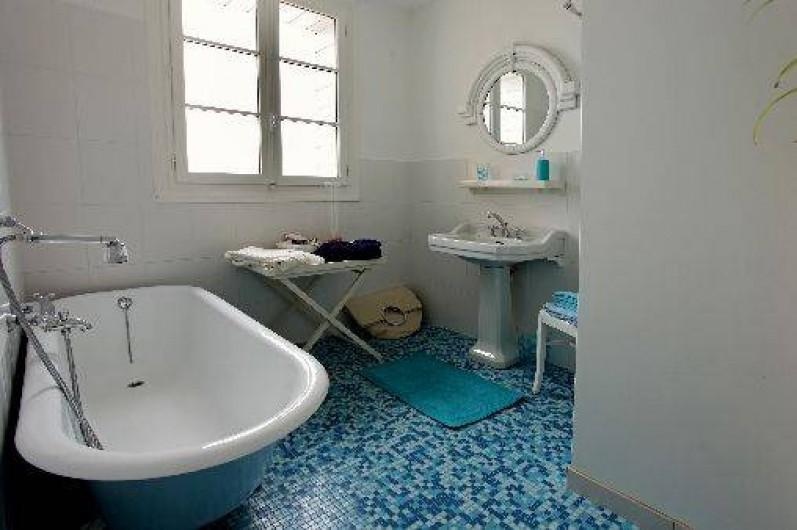 Location de vacances - Villa à Pornichet - Salle de bains face mer, baignoire, WC