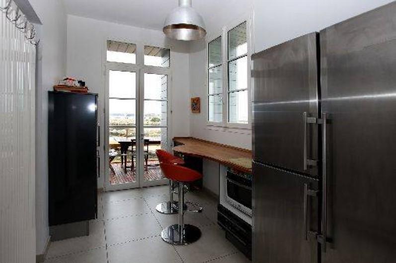 Location de vacances - Villa à Pornichet - Cuisine retour Vaisselle et accès à terrasse face mer, exposée Ouest