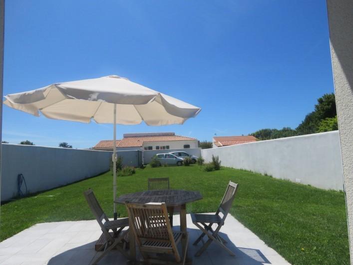 Location de vacances - Villa à Ars-en-Ré - Jardin terrasse vus du séjour