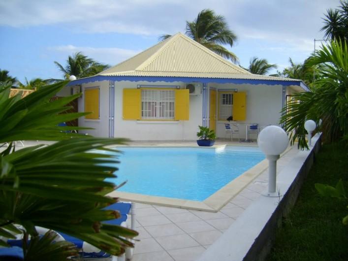 Location de vacances - Villa à Saint-François - Vue arrière de la villa et sa piscine.