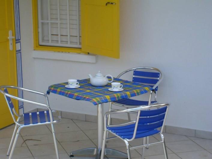 Location de vacances - Villa à Saint-François - Terrasse côté jardin  et piscine