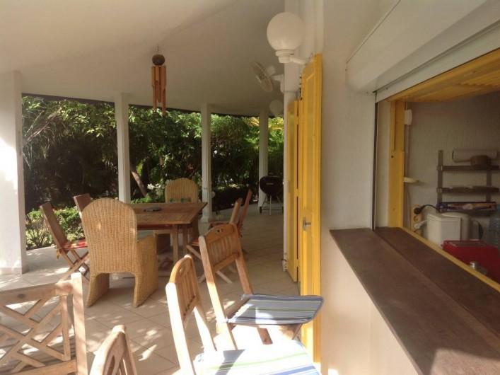 Location de vacances - Villa à Saint-François - Vue de la terrasse et de la cuisine