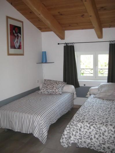 Location de vacances - Appartement à Courthézon - chambre deux lits simples