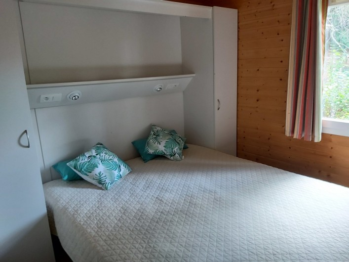 Location de vacances - Chalet à Agde - chambre grand lit 200x160 avec penderie