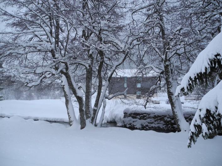 Location de vacances - Appartement à Mijoux - sous la neige