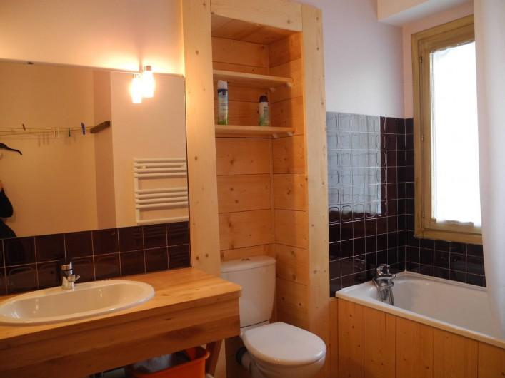 Location de vacances - Appartement à Mijoux - salle de bain