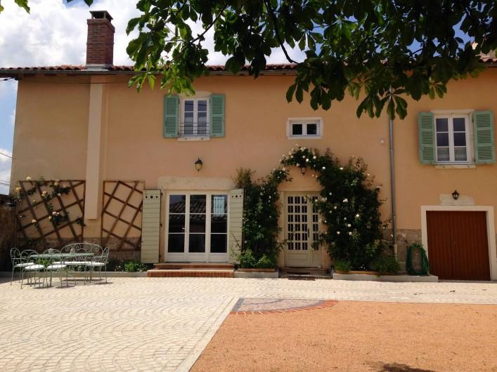 Location de vacances - Maison - Villa à Saint-Étienne-des-Oullières - The holiday house opening out onto the courtyard
