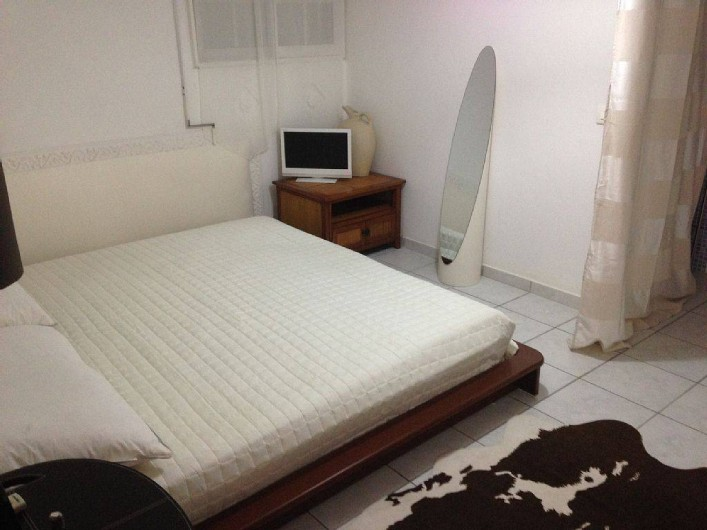 """Location de vacances - Studio à Sainte-Anne - Studio """"Pomme Kanel"""" : grand lit king size"""