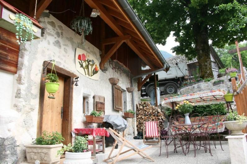Location de vacances - Gîte à Alex - COUR DU GITE (PRINTEMPS ET ÉTÉ)