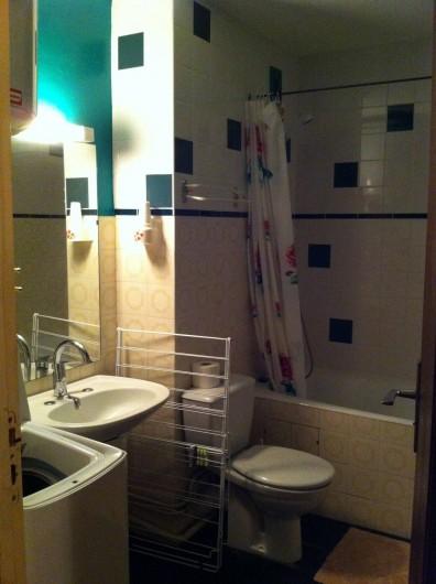 Location de vacances - Appartement à Super Besse - salle de bains : lavabo, WC, baignoire