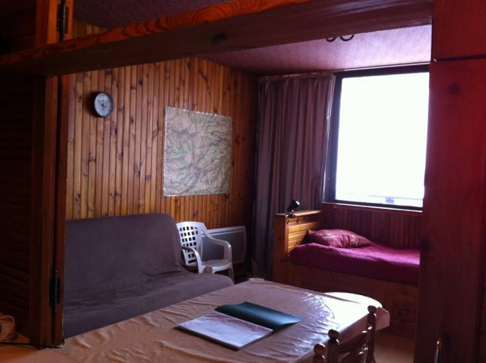 Location de vacances - Appartement à Super Besse - séjour : clic-clac, baie vitrée, lit, table