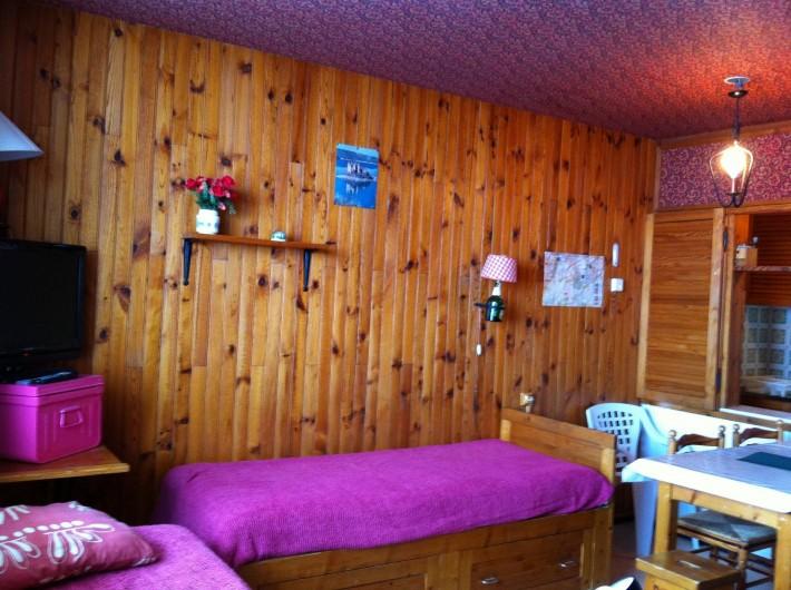 Location de vacances - Appartement à Super Besse - séjour: lit simple sur tiroir, table, TV