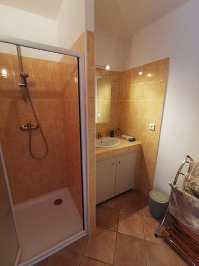 Location de vacances - Chambre d'hôtes à Jonquières - Salle d'eau chambre lavande