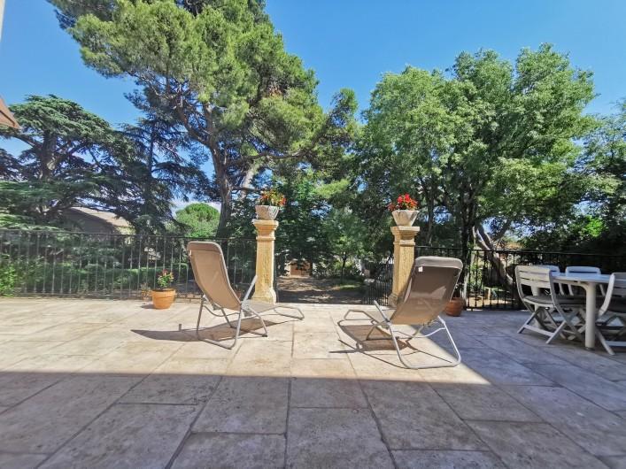 Location de vacances - Chambre d'hôtes à Jonquières - Terrasse donnant sur le parc