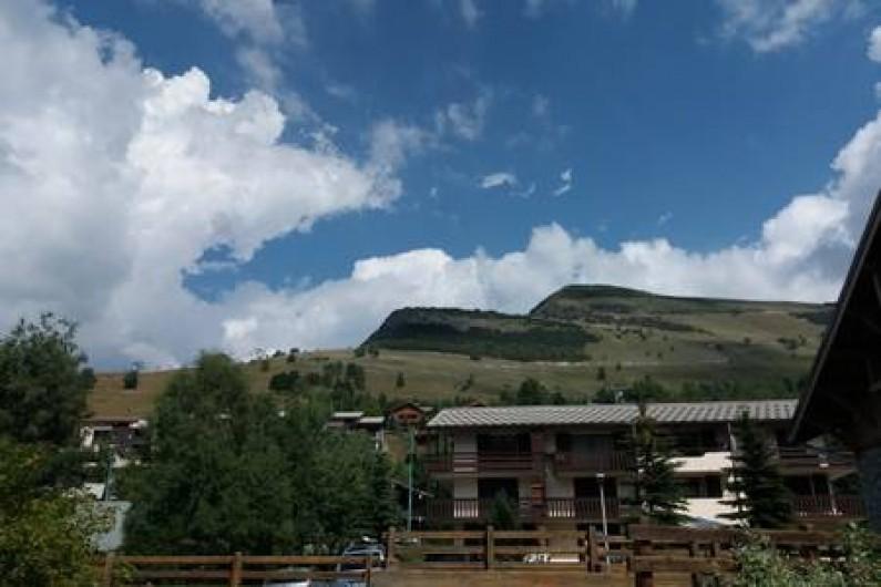Location de vacances - Appartement à Les Deux Alpes - vue depuis la terrasse, en été