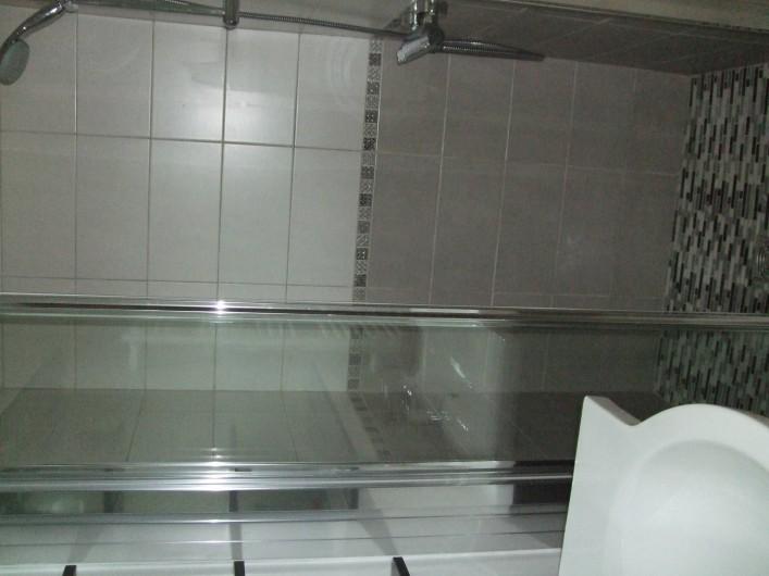 Location de vacances - Gîte à Châgnon - salle d'eau douche à l'italienne