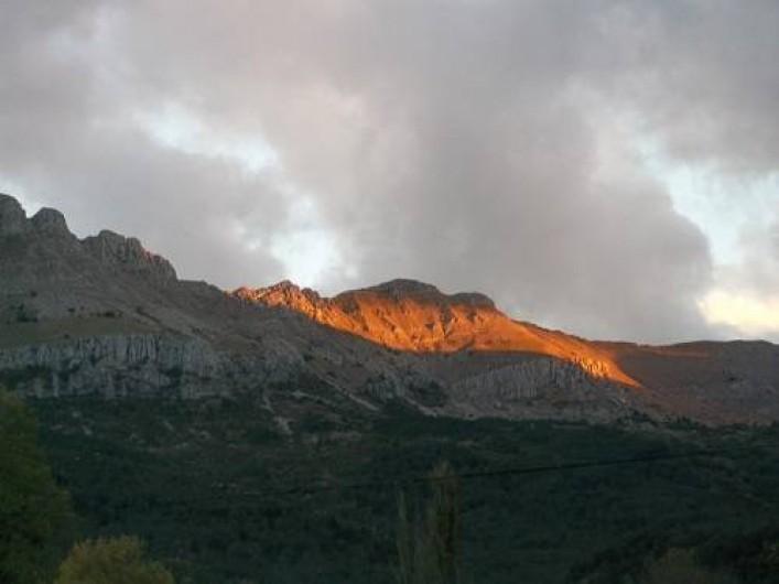 Location de vacances - Bungalow - Mobilhome à Blieux - coucher de soleil sur nos montagnes