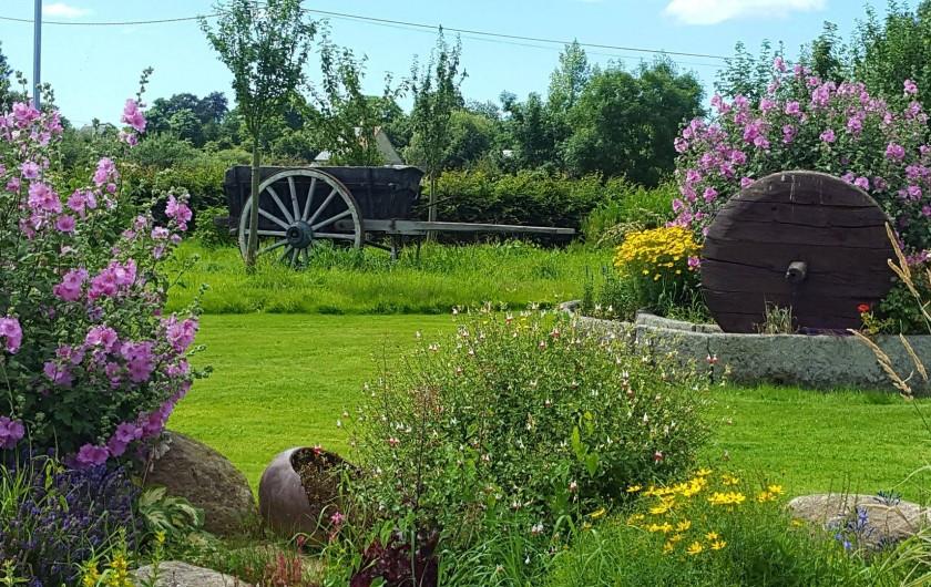 Location de vacances - Gîte à Sept-Frères - le jardin bien verdoyant et fleuri