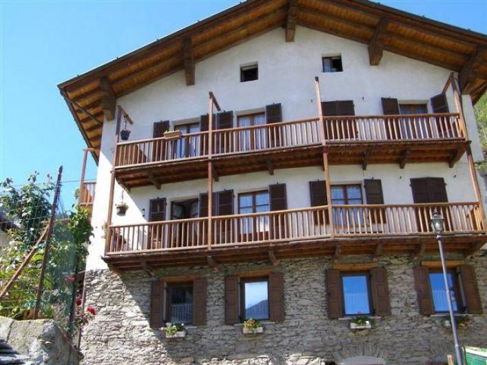 Location de vacances - Appartement à Introd - Vue de face  Balcon donnant sur la cuisine et les 2 chambres.