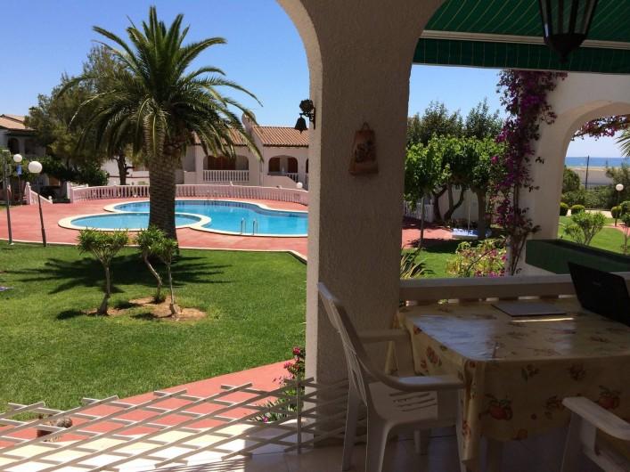 Location de vacances - Appartement à Alcossebre - VUE DE LA TERRASSE SUR LA PISCINE ET LA MER