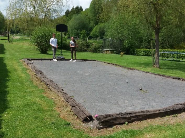Location de vacances - Gîte à Haut-Fays - Piscine chauffée équipée de transats et parasols  ouverte de mai à septembre