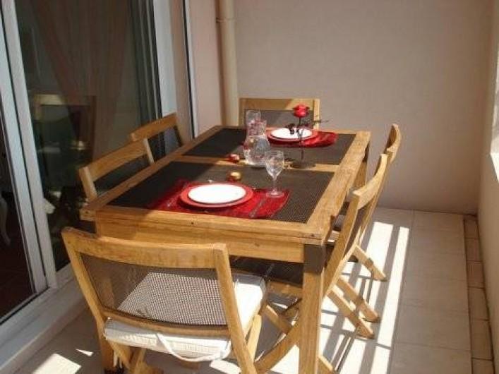 Location de vacances - Appartement à Juan les Pins - Terrasse arrière équipée pour manger