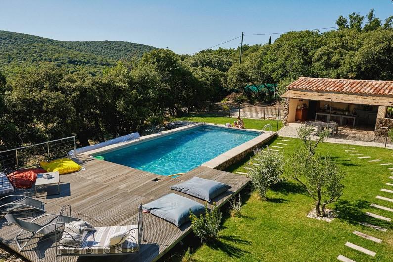 Location de vacances - Chambre d'hôtes à Lacoste - La piscine et la cuisine d'été