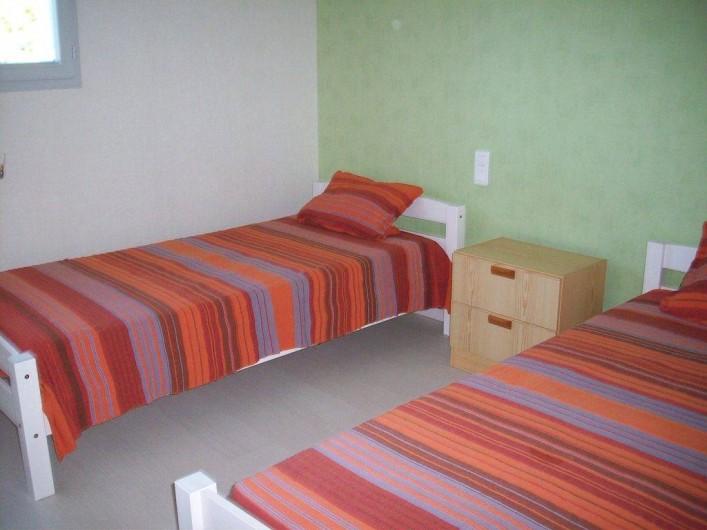 Location de vacances - Villa à Allègre-les-Fumades - Chambre lits en 9O