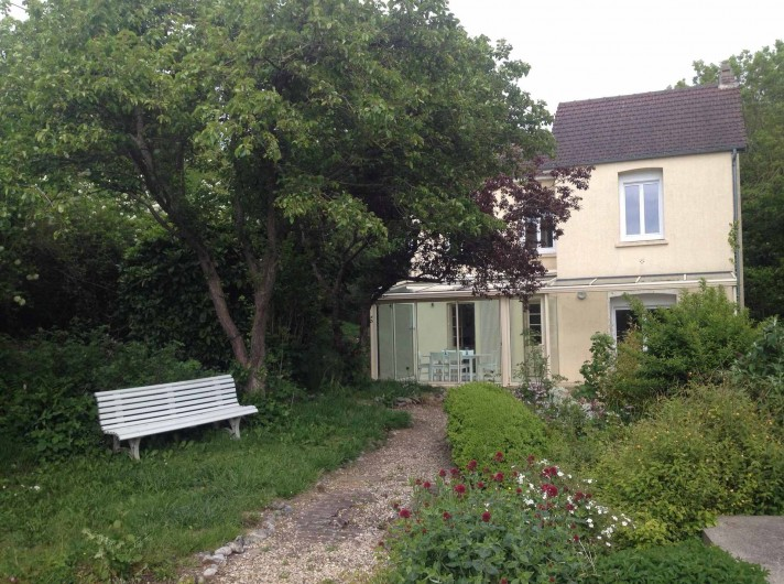Location de vacances - Maison - Villa à Dieppe - Le jardin avec son banc; le barbecue et le salon de jardin ne sont pas visibles.