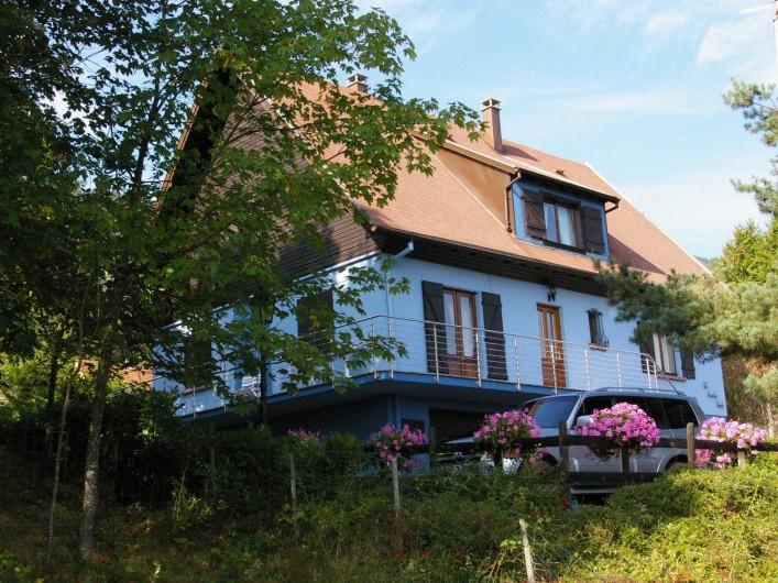 Location de vacances - Appartement à Thannenkirch - Parking déco géraniums