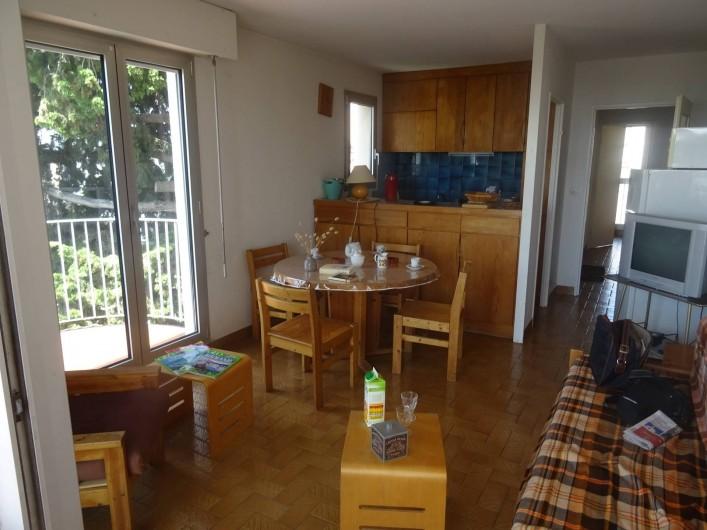Location de vacances - Appartement à La Ciotat - Une partie du séjour avec la cuisine américaine dans le fond