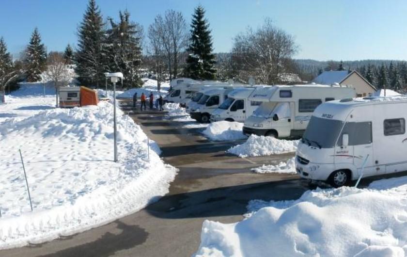 Location de vacances - Chalet à Saint-Laurent-en-Grandvaux - 12 places camping -cars sur une plateforme  goudronnée  ouvert en hiver