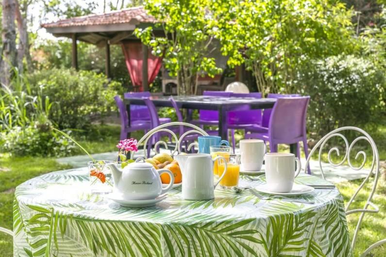 Location de vacances - Villa à Souillac - table jardin