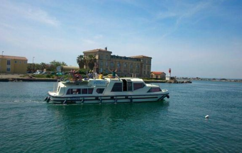 Location de vacances - Péniche à Sète - Vue de l'exterieur, 13 mètres de long, facile a manier et spacieux !