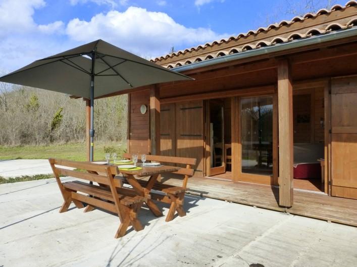 Location de vacances - Chalet à Pompiey - Terrasse du chalet vue sur la forêt