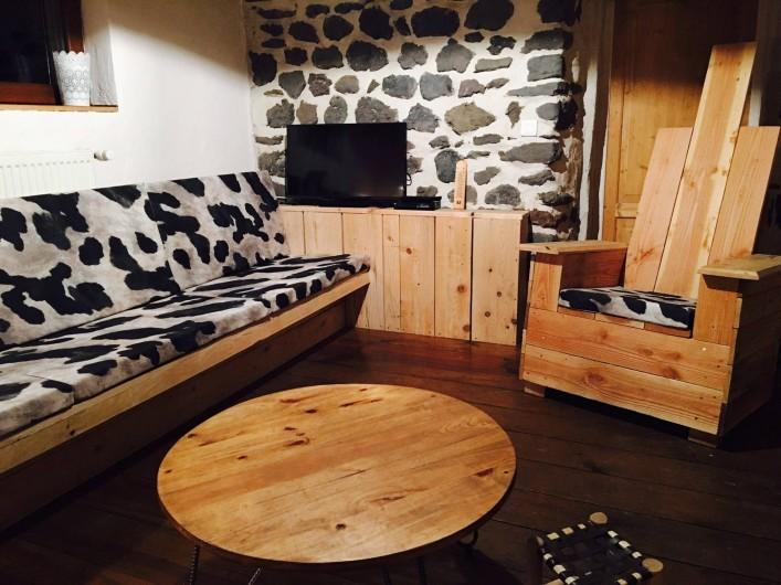 Location de vacances - Gîte à Coucouron - Salon cosy pour 12 personnes.