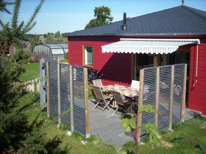 Location de vacances - Gîte à La Chapelle-aux-Filtzméens - La maison rouge et sa terrasse