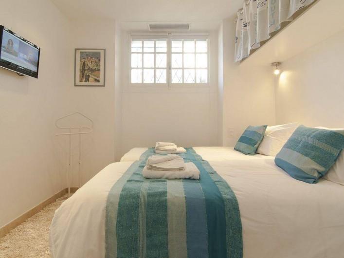 Location de vacances - Appartement à Cannes - Chambre avec deux lits jumeaux et TV