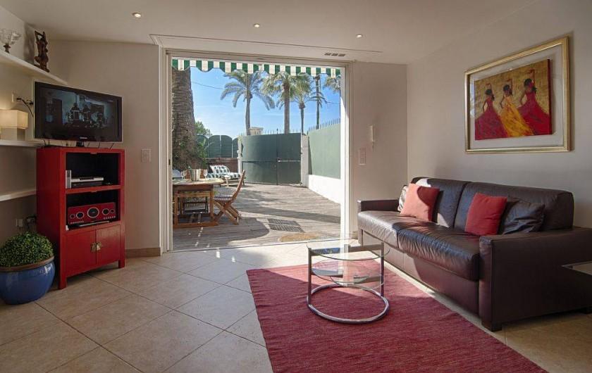 Location de vacances - Appartement à Cannes - Séjour avec vue sur jardin /terrasse