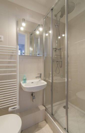 Location de vacances - Appartement à Cannes - salle de douche en face de la chambre