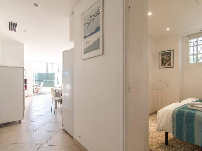 Location de vacances - Appartement à Cannes - Couloir vers les deux chambres